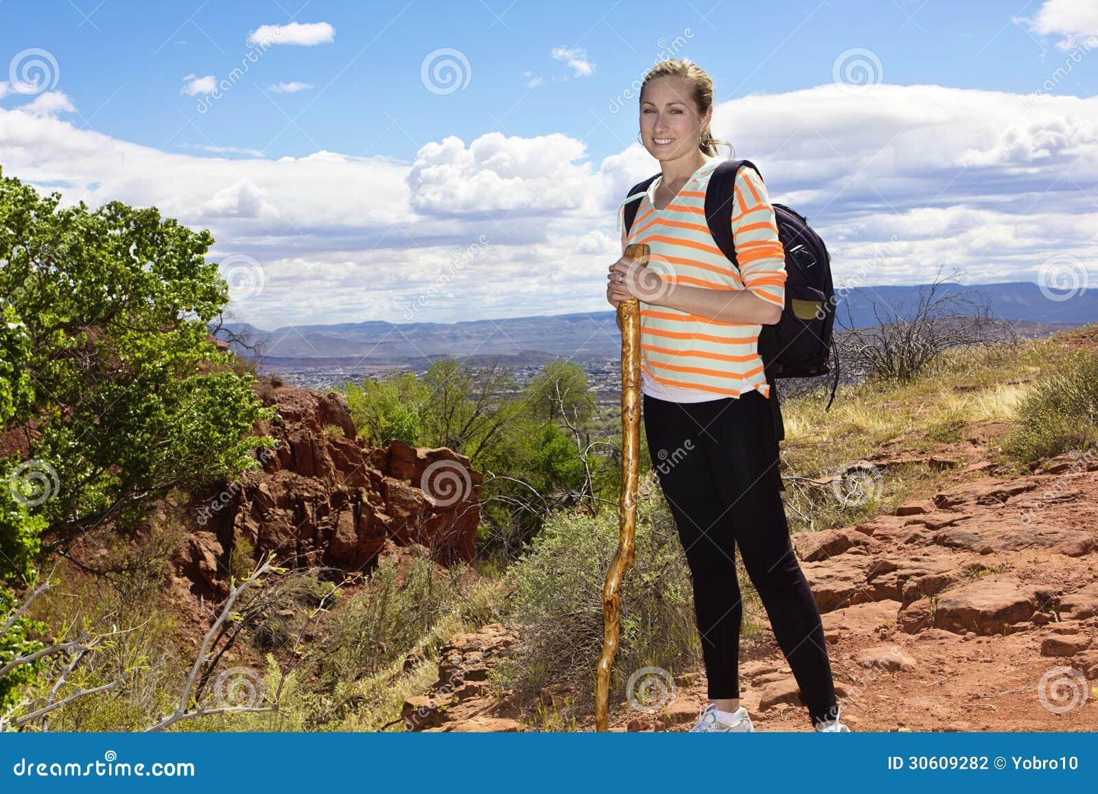 Żeński wycieczkowicz w Pustynnych górach