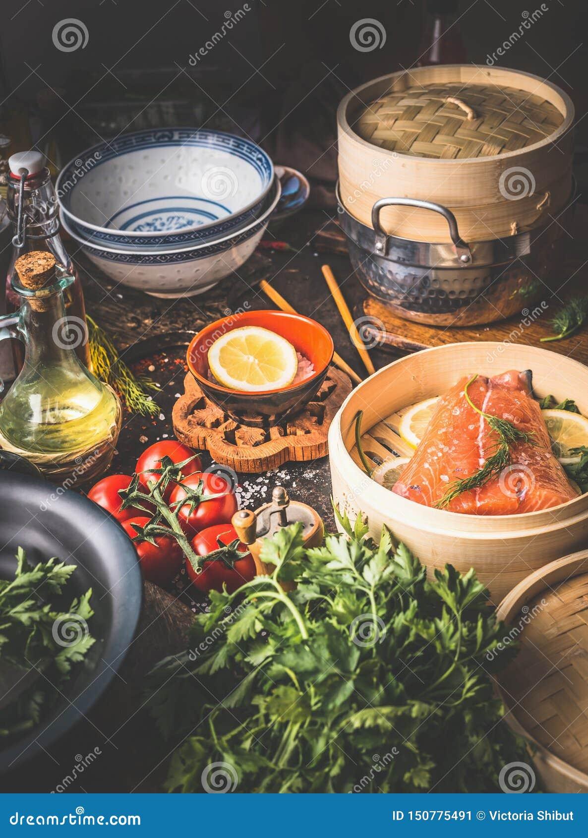 E Διάφορα συστατικά, εργαλεία και εργαλεία στον πίνακα κουζινών Αυθεντική ασιατική μαγειρεύοντας προετοιμασία τροφίμων με το σολο