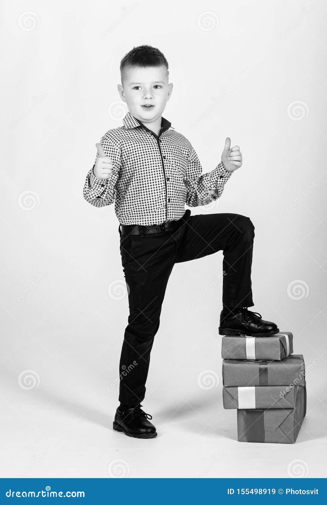 E Επόμενη μέρα των Χριστουγέννων Νέο έτος ευτυχές παιδί με το παρόν κιβώτιο : r μικρό παιδί με την ημέρα βαλεντίνων