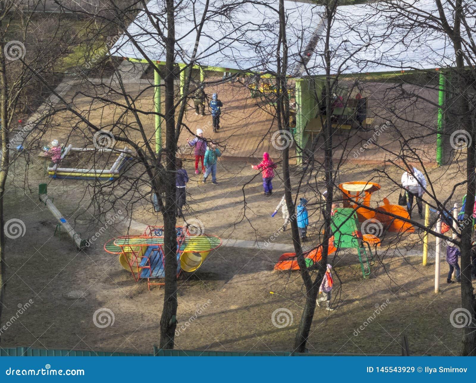 E Ο ήλιος λάμπει Τα παιδιά παίζουν στο ναυπηγείο kindergarten