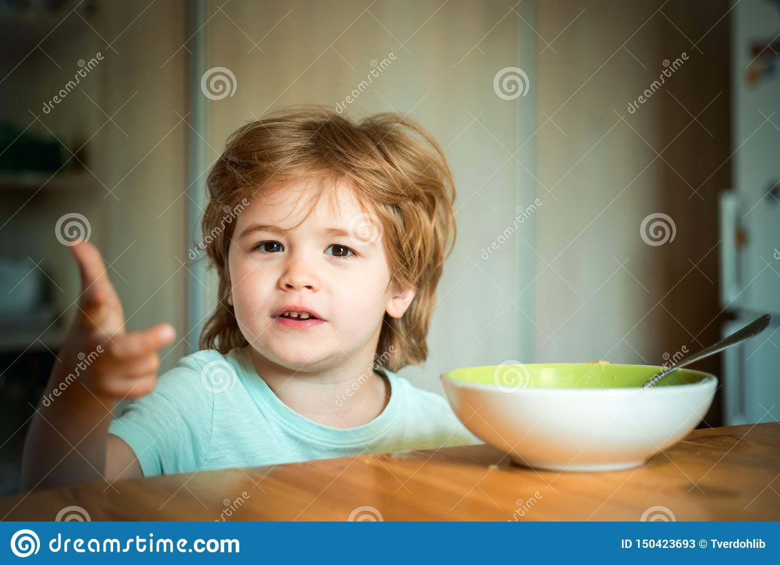 E Τρόφιμα και ποτό για το παιδί Λίγο μωρό τρώει Καλημέρα στην ευτυχή οικογένεια childcare Θερινό δελτίο τροφίμων
