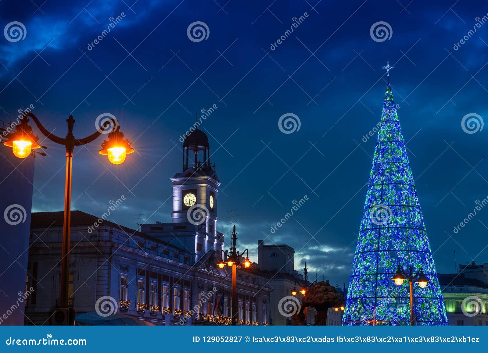 E Здание муниципалитет и известные clo Puerta del Sol