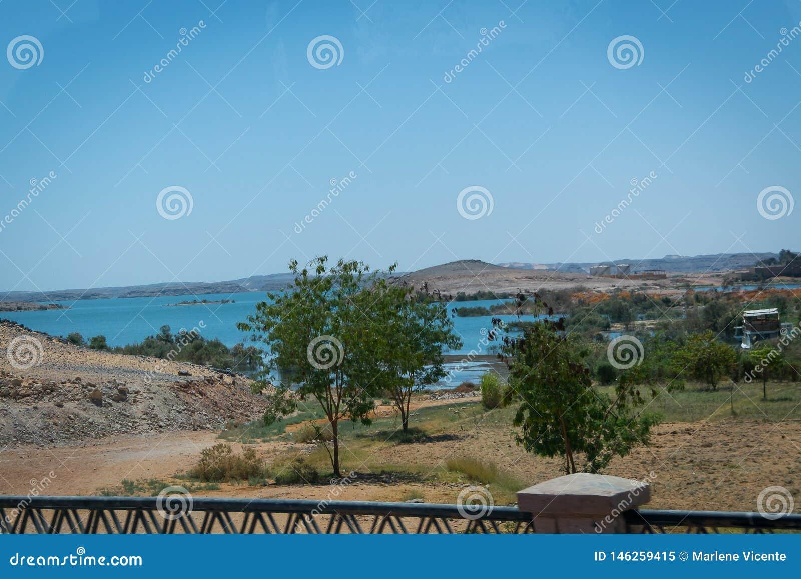 E Озеро Nasser рядом с виском Abu Simbel