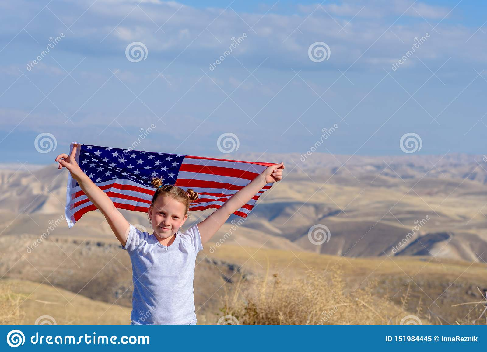 E Счастливый ребенк, милая девушка маленького ребенка с американским флагом Национальный 4-ое июля :