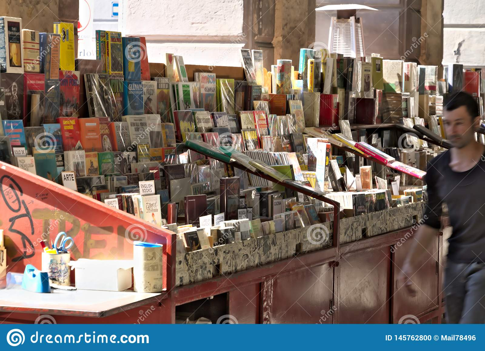 E 使用的书银行在广场科伦坡的