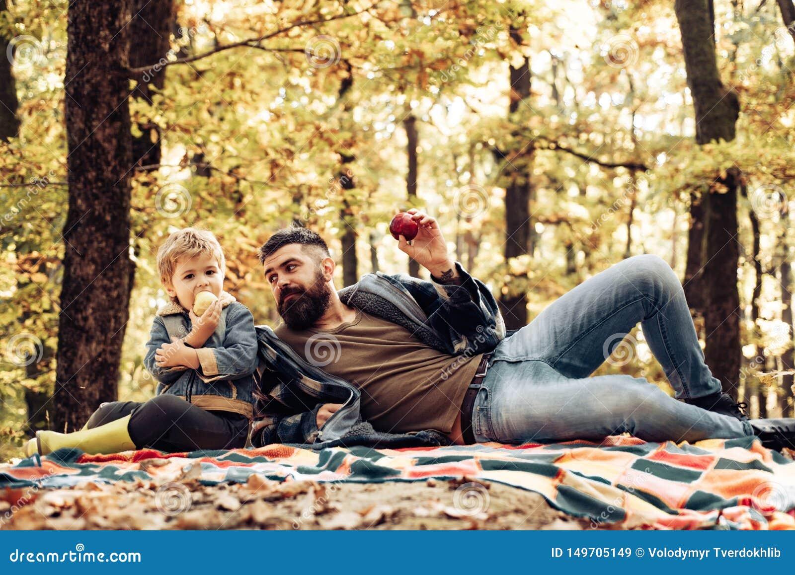 E 叮咬水多的苹果 r 有儿子的行家有胡子的爸爸花费在森林残酷有胡子的人的时间