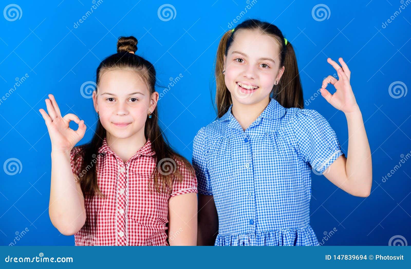 E 愉快的一起儿童游戏 有姐妹总是乐趣 可爱的姐妹笑容 ??