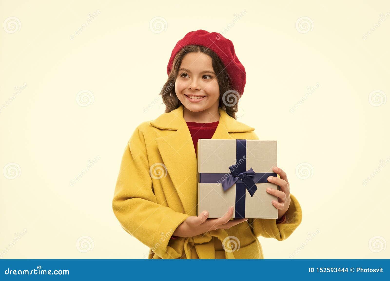 E 有当前箱子的女孩 在购物以后的小女孩 大销售在购物中心 r