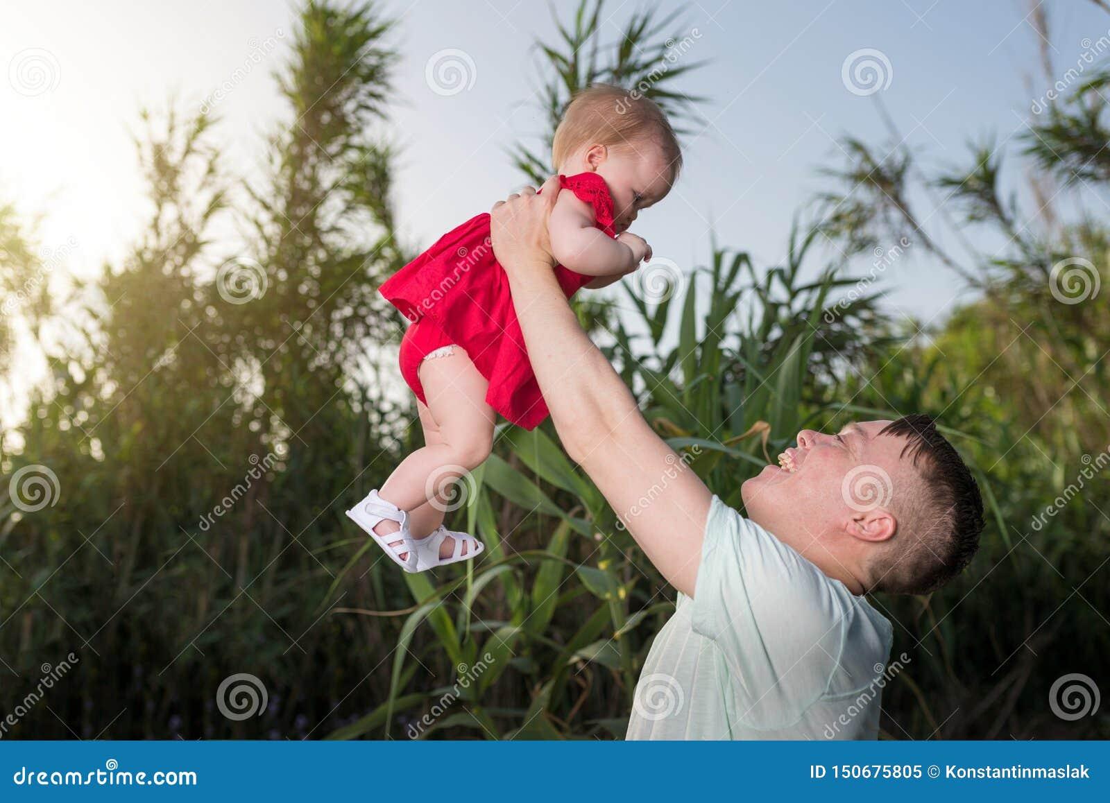 E 的父亲和拥抱他的女儿的女婴使用和户外