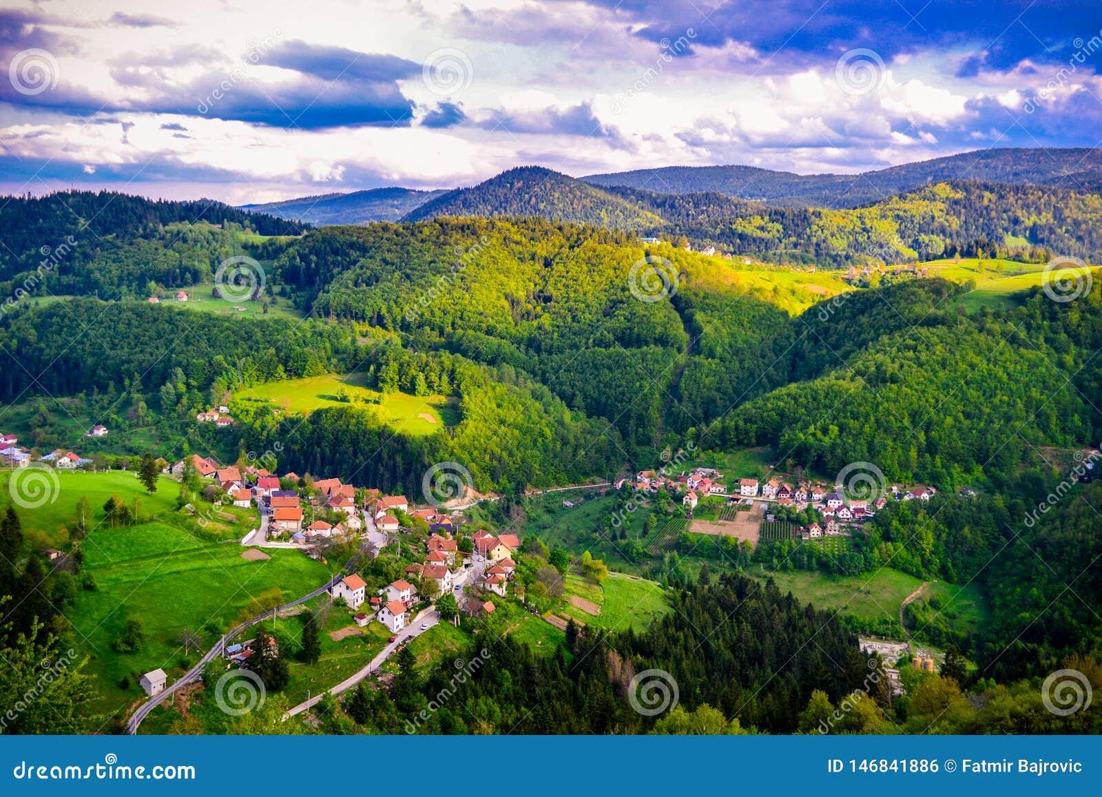 E 风景的看法和一个小山镇的部分从上面