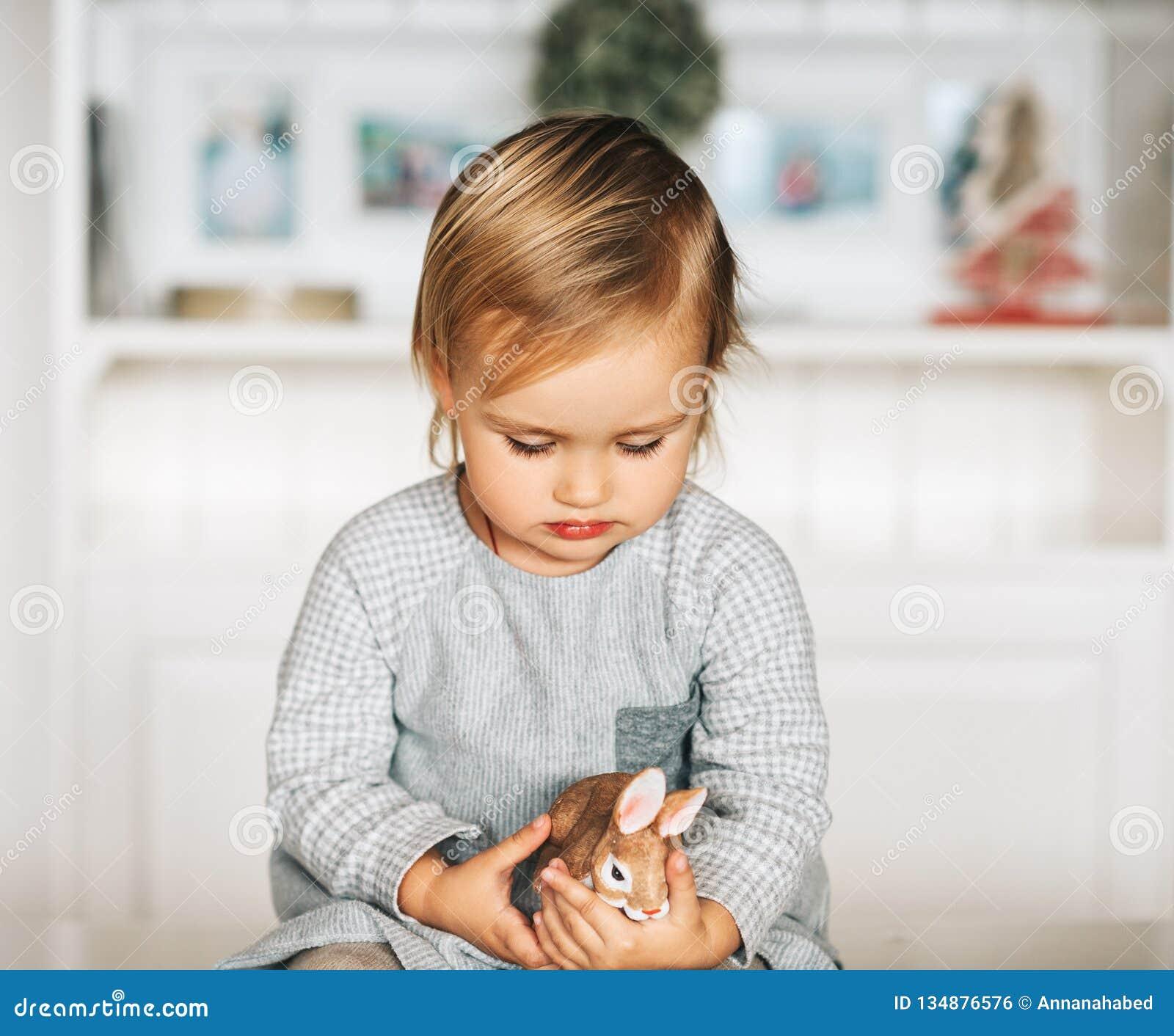 Мальчик и девочка играют в карты и голден стар лос анжелес турфирма