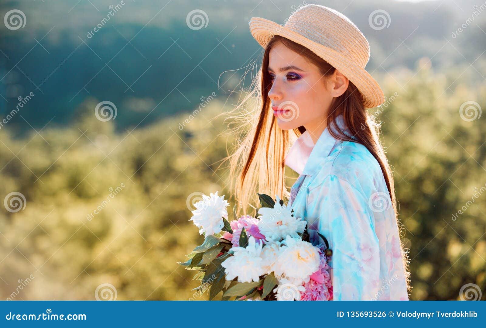 E Blumen Reise im Sommer Sommermädchen mit dem langen Haar gelbes und grünes Konzept Frühjahr und Ferien frech