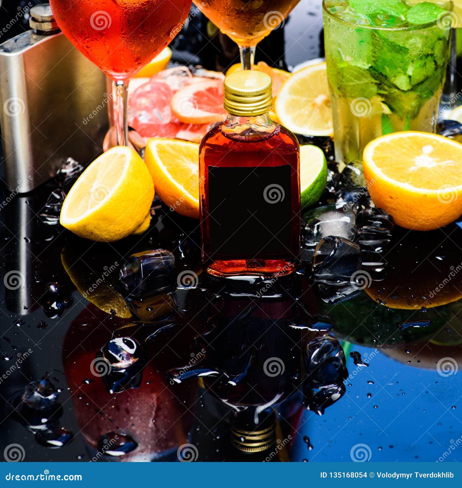 E Cocktail decorados com cubos, fruto e hortelã de gelo r