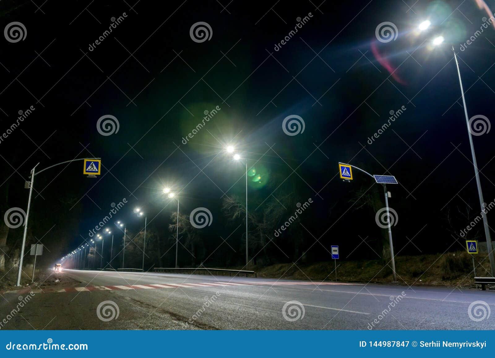 E concetto di modernizzazione e di manutenzione delle lampade, posto per testo, notte