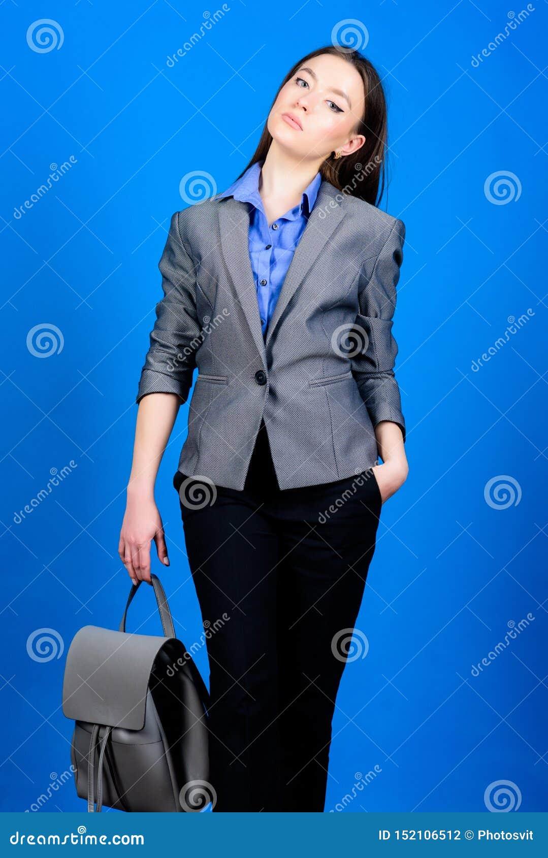 E estudante na roupa formal :