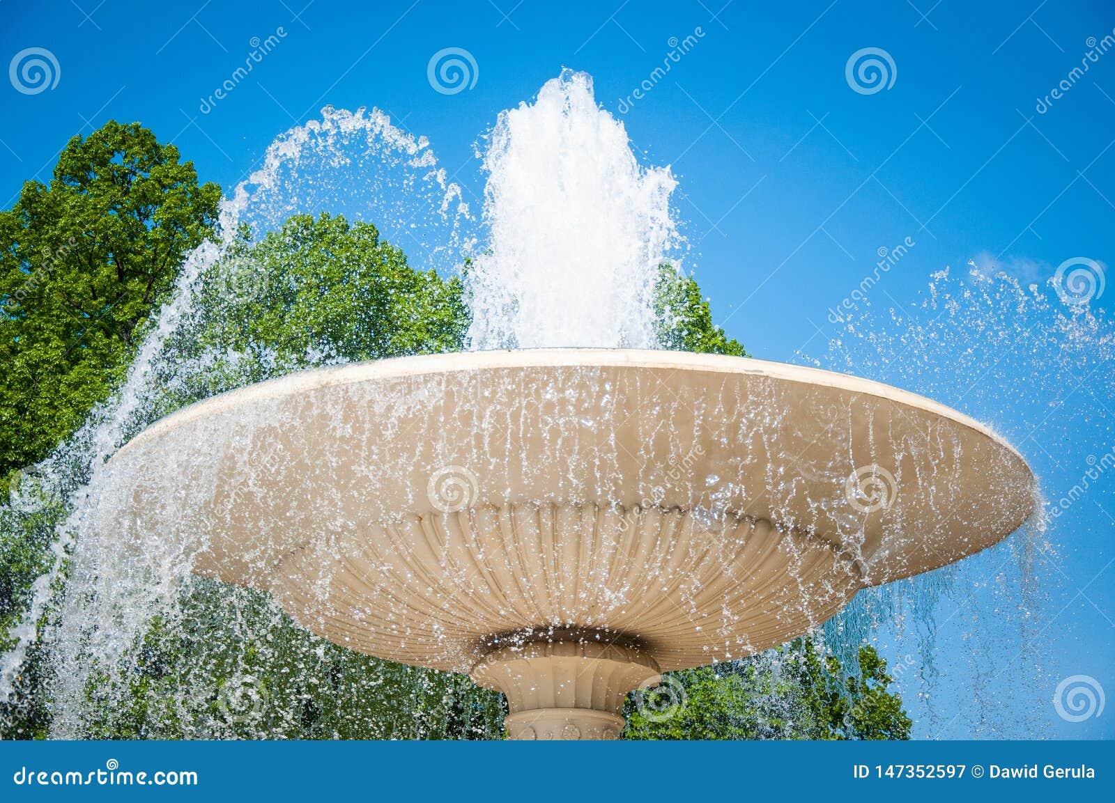 E Fontaine dans le jardin de Saxon ? Varsovie