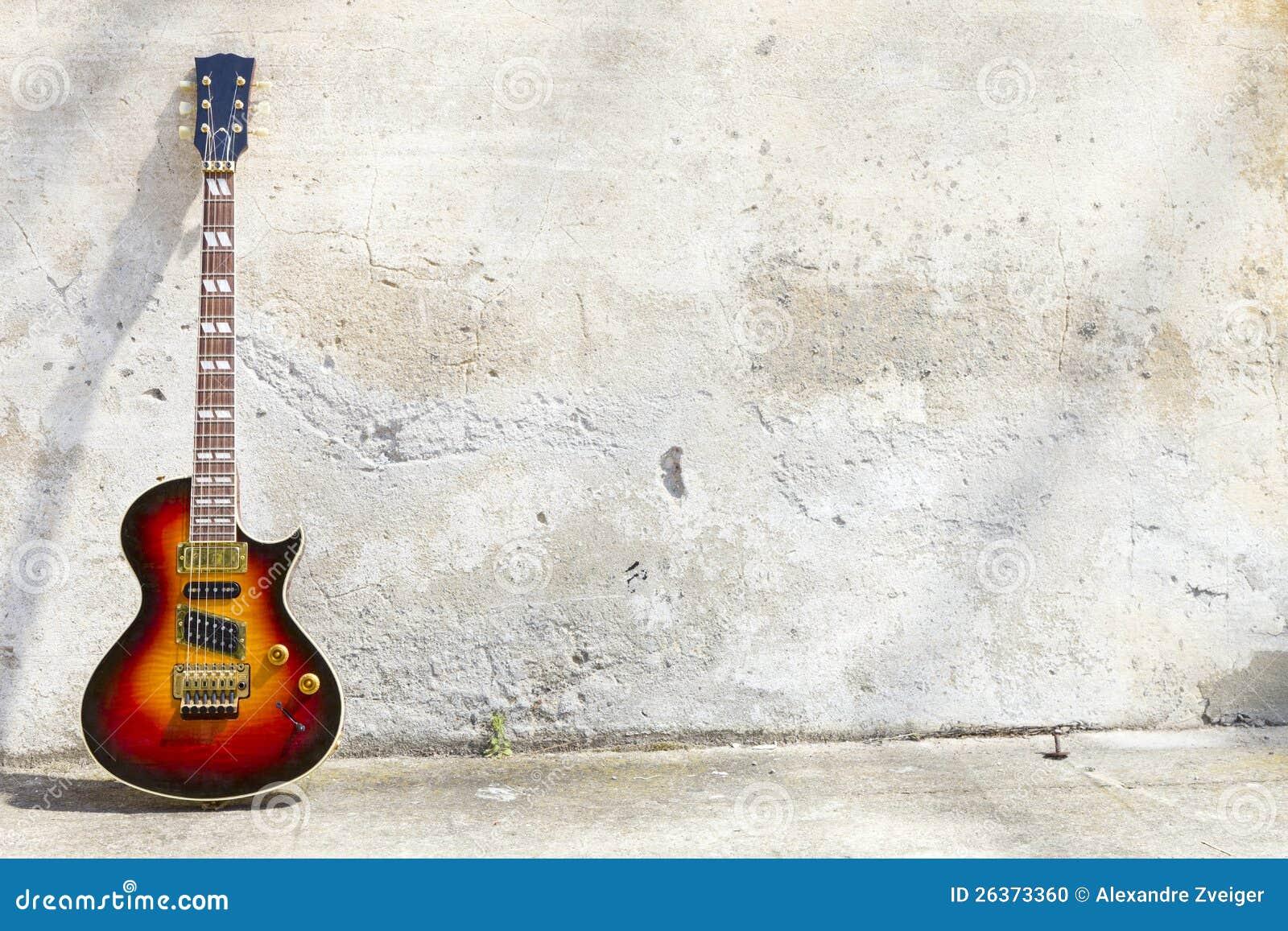 E-Gitarre vor einer Weinlesewand