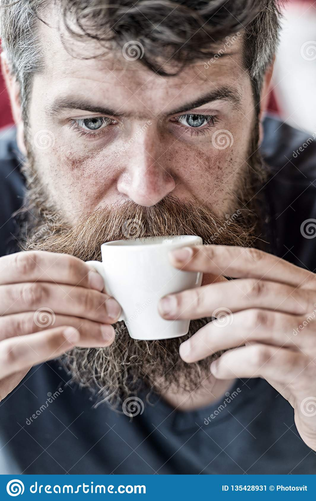 E Koffein laddar upp Man med skägget och mustasch och kopp kaffe Den uppsökte grabben tycker om