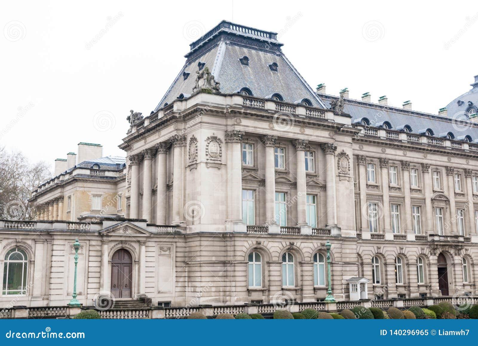 E 02 19: Koninklijk paleis in Brussel op een regenachtige dag