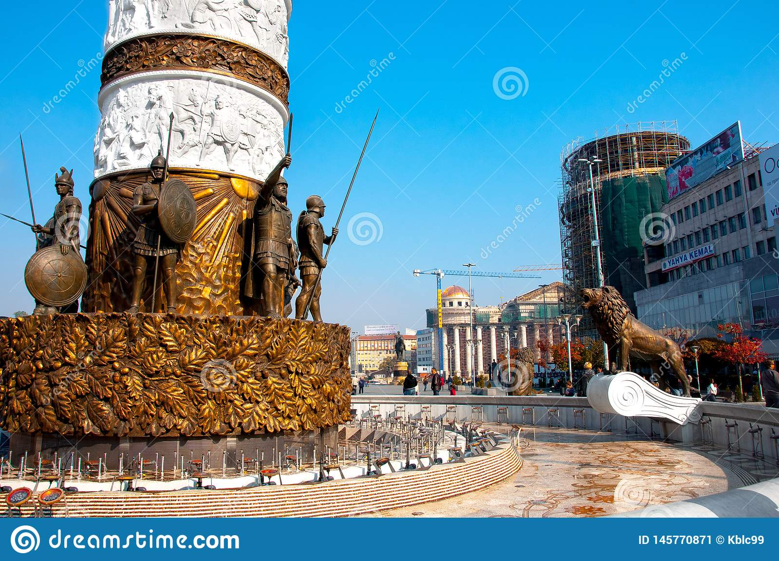 E La base del monumento a la fuente de Alexander el grande
