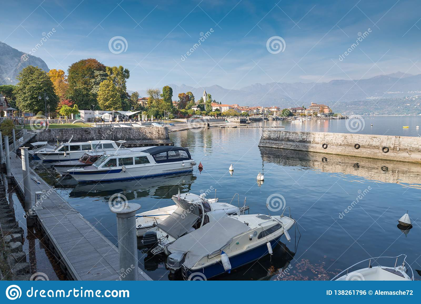 E Lago Maggiore na cidade pitoresca de Baveno