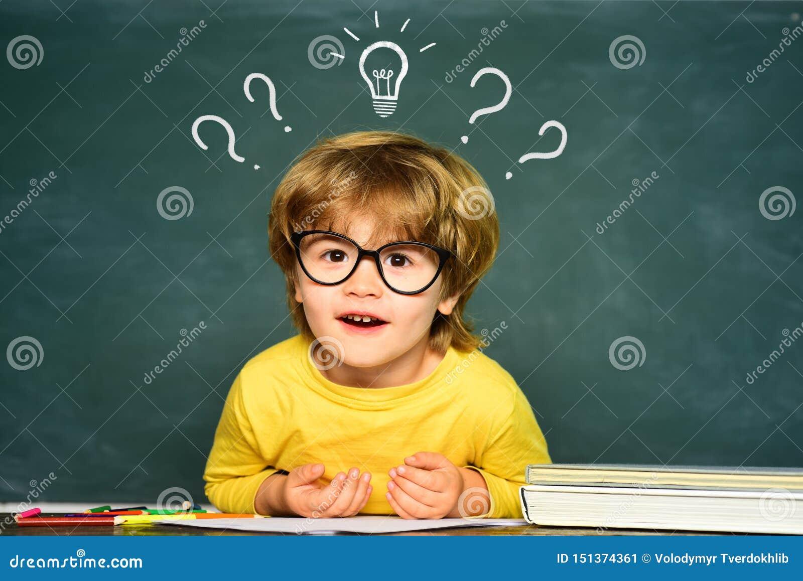 E ?liczna ma?a preschool dzieciak ch?opiec w sali lekcyjnej ?liczna ch?opiec z szcz??liw? twarz?