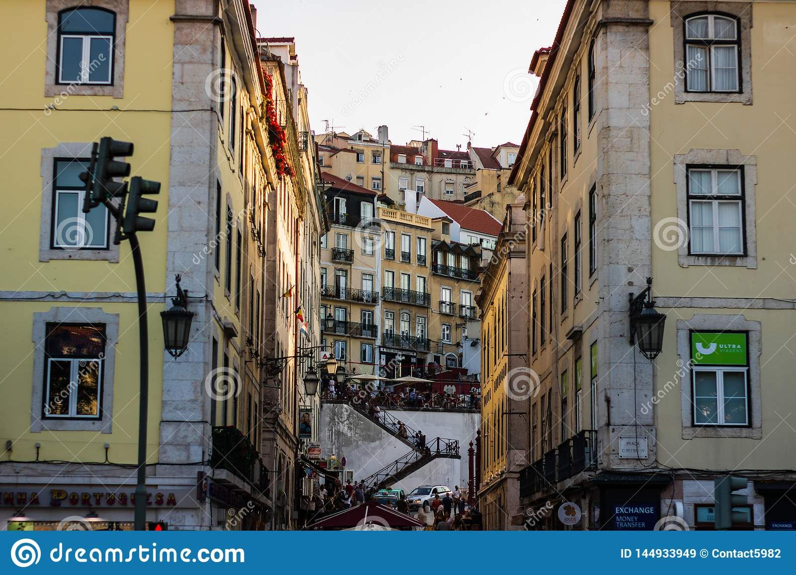 E Lokal restaurang och trappan som går till Barrioalten från Lissabon