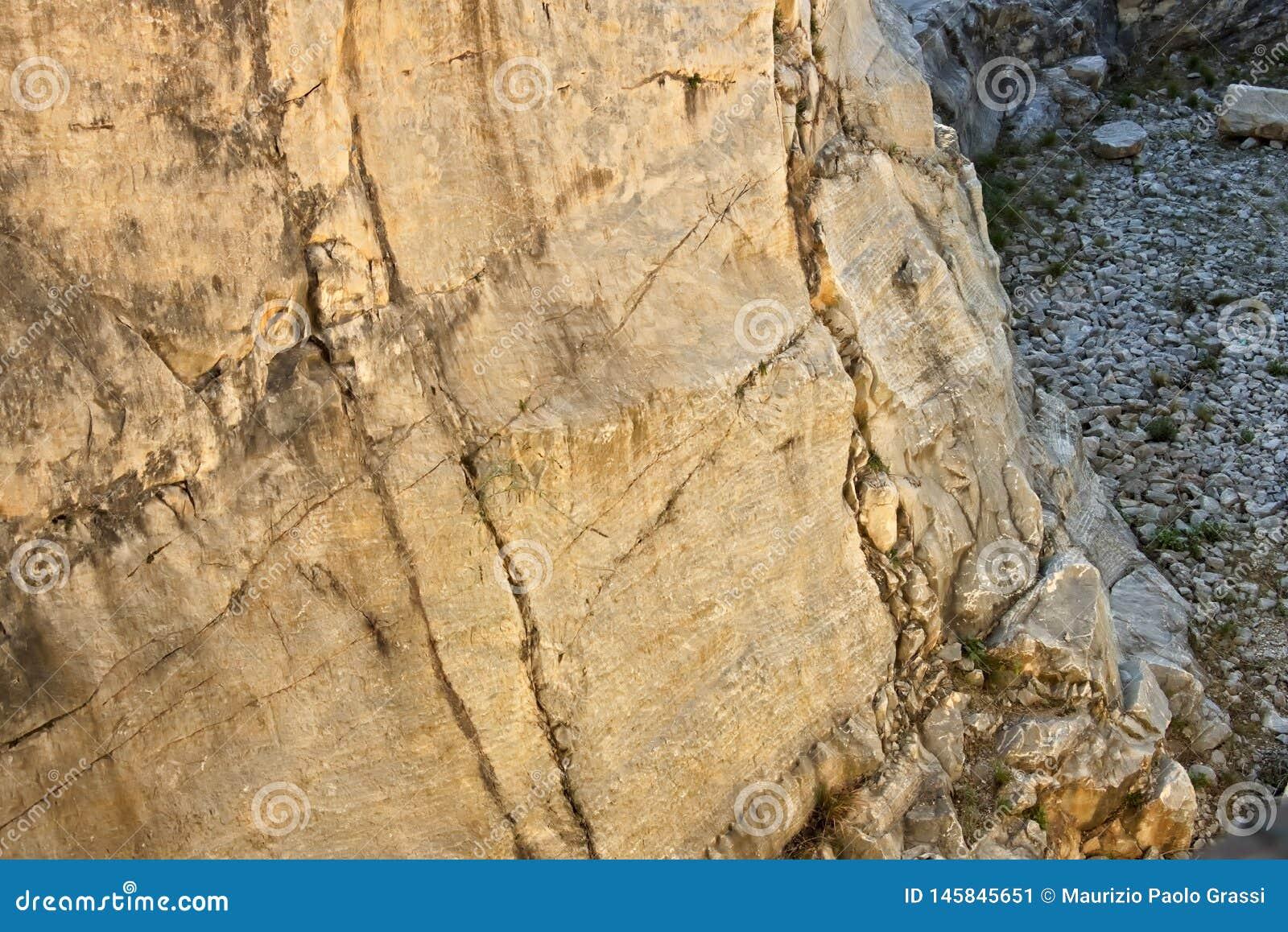 E 28 maart, 2019 Oude steengroeve van wit marmer van de Roman periode