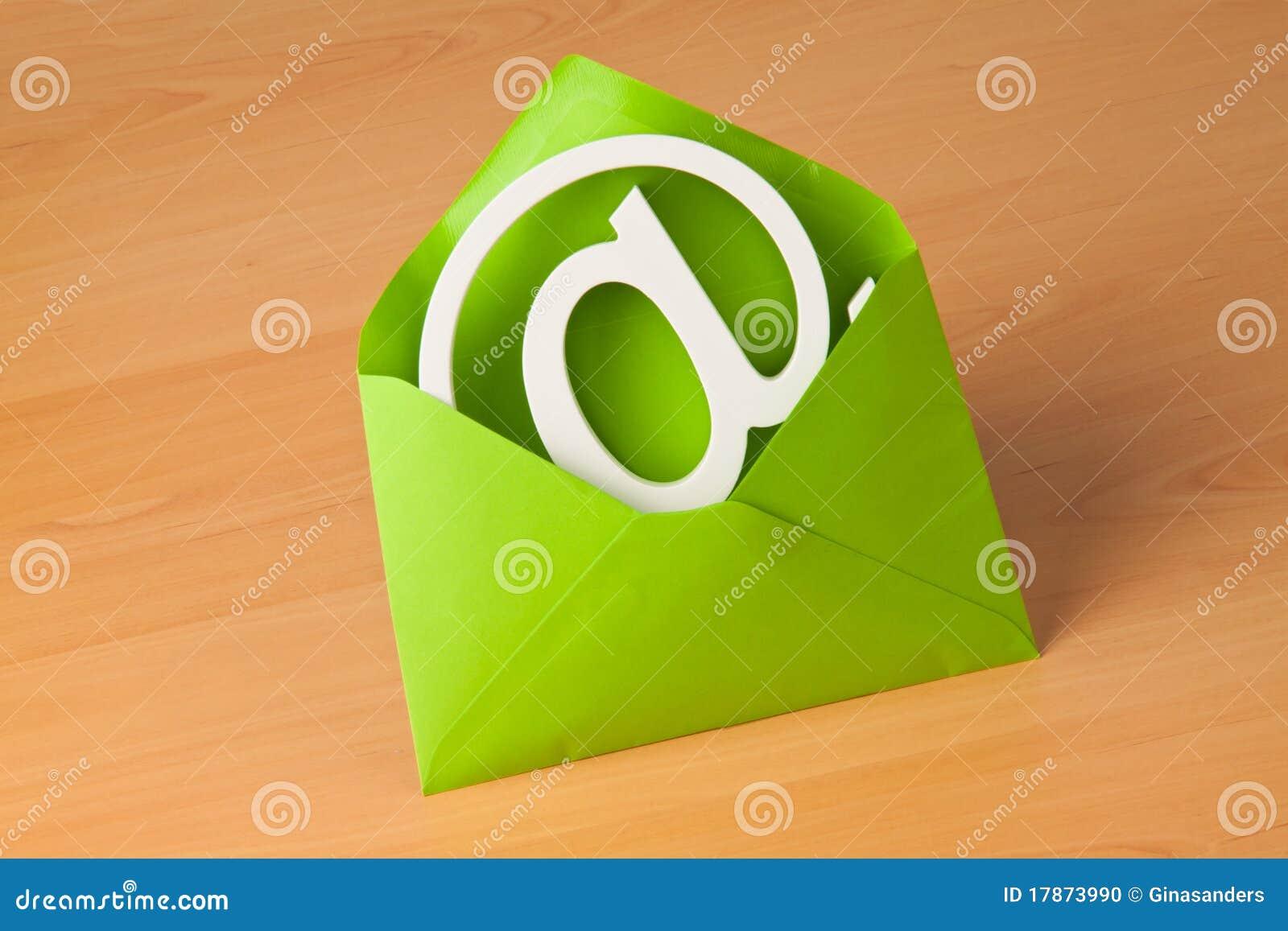 E-mail embleem in een envelop