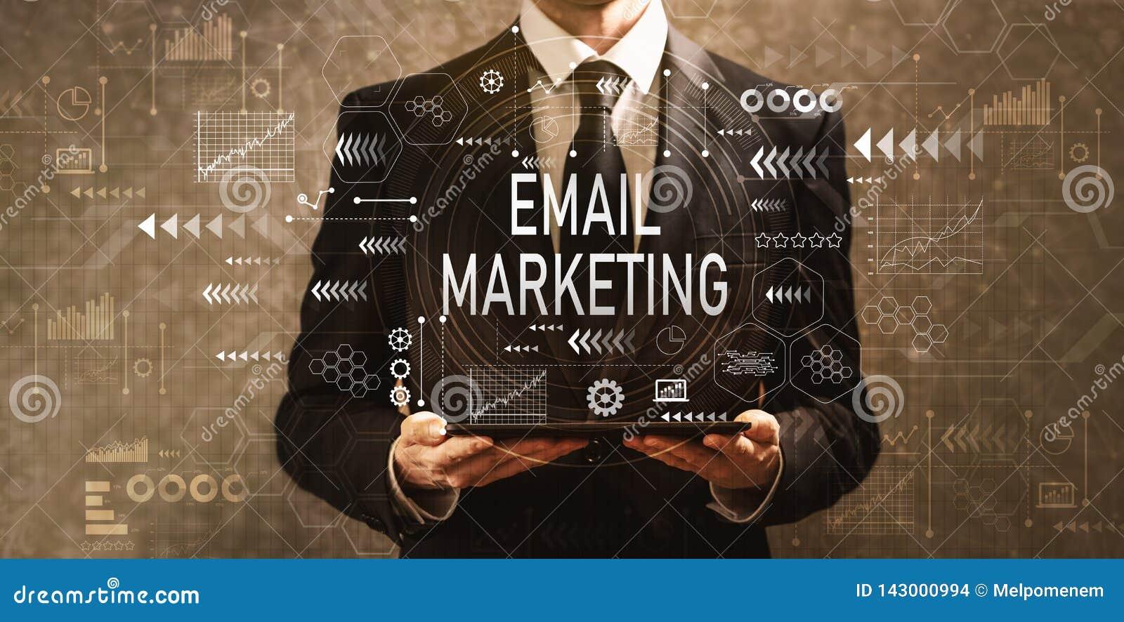 E-Mail-Marketing mit dem Geschäftsmann, der einen Tablet-Computer hält