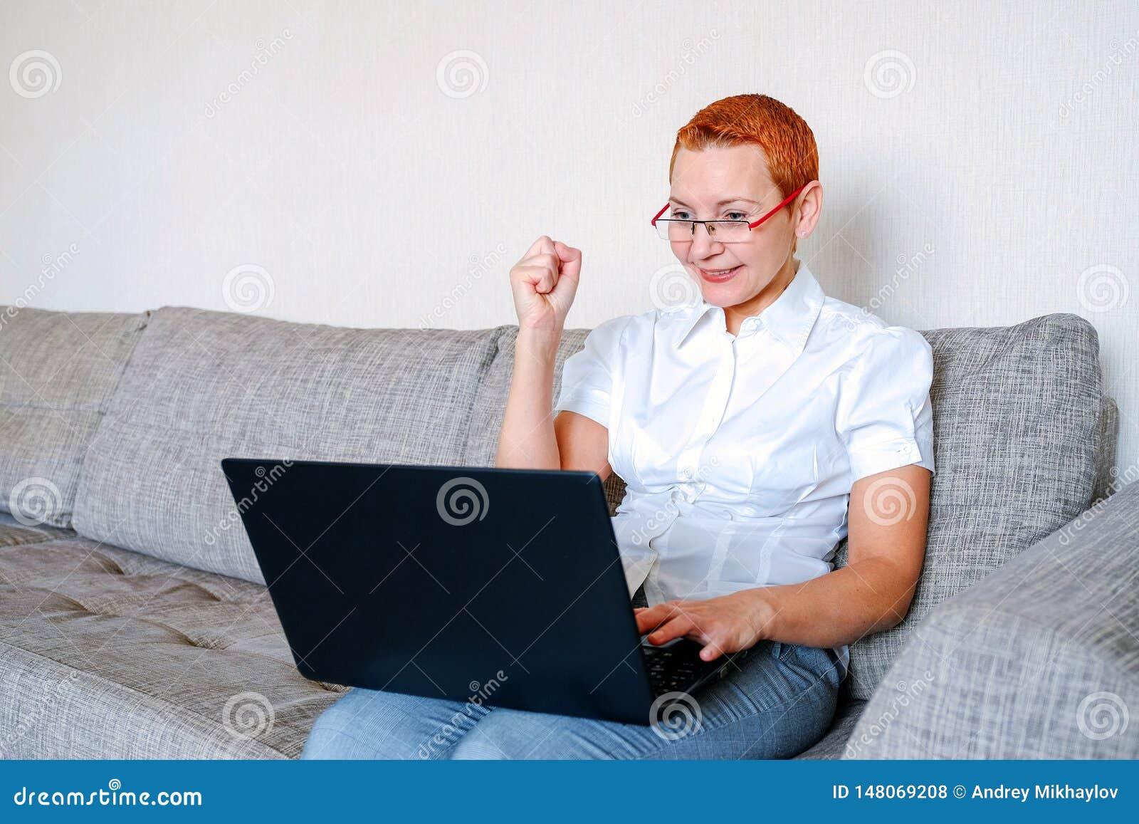E-mailowy dziewczyna dostać dobrych ones Emocja radosna niespodzianka Kobiety zwieraj? ostrzy?enie Modny elegancki profil z czerw