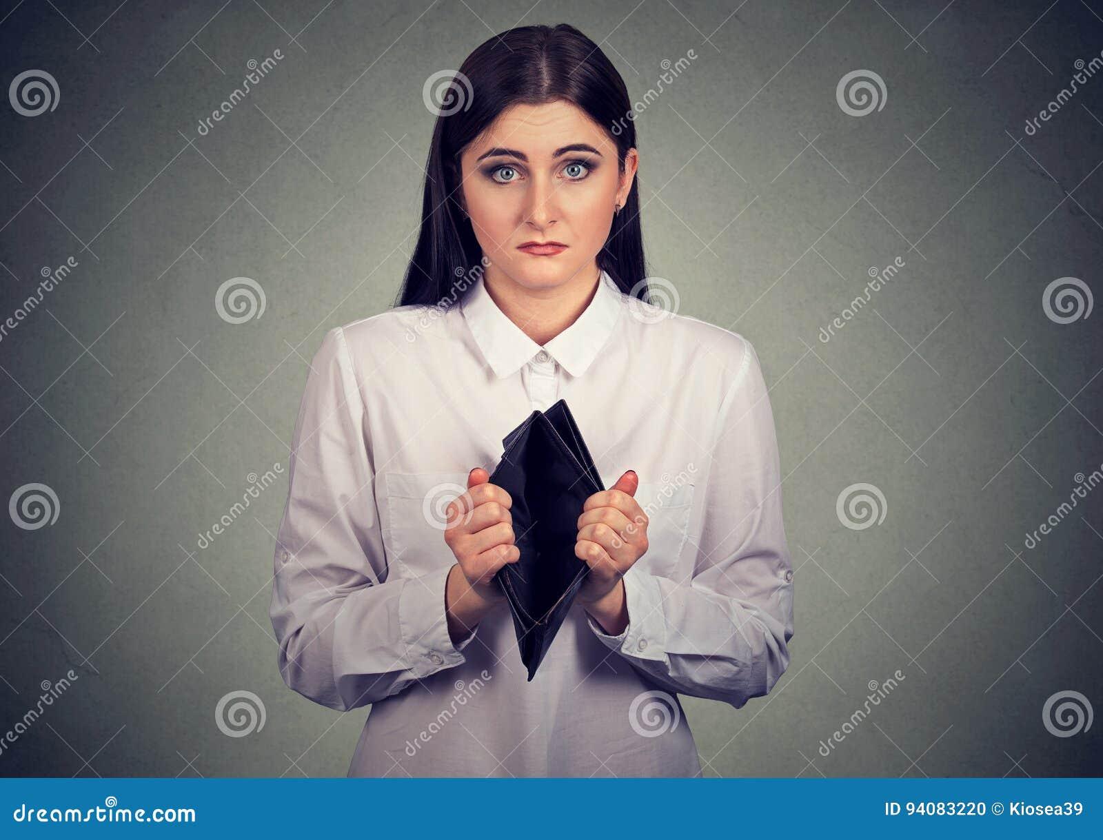 E Mulher de negócios que mostra a carteira vazia