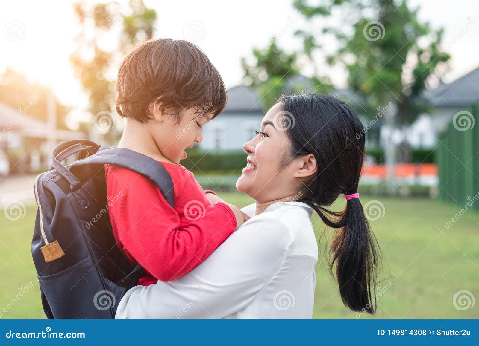 E o Mutter, die mit Kindern spielt Ausbildung und Rückseite