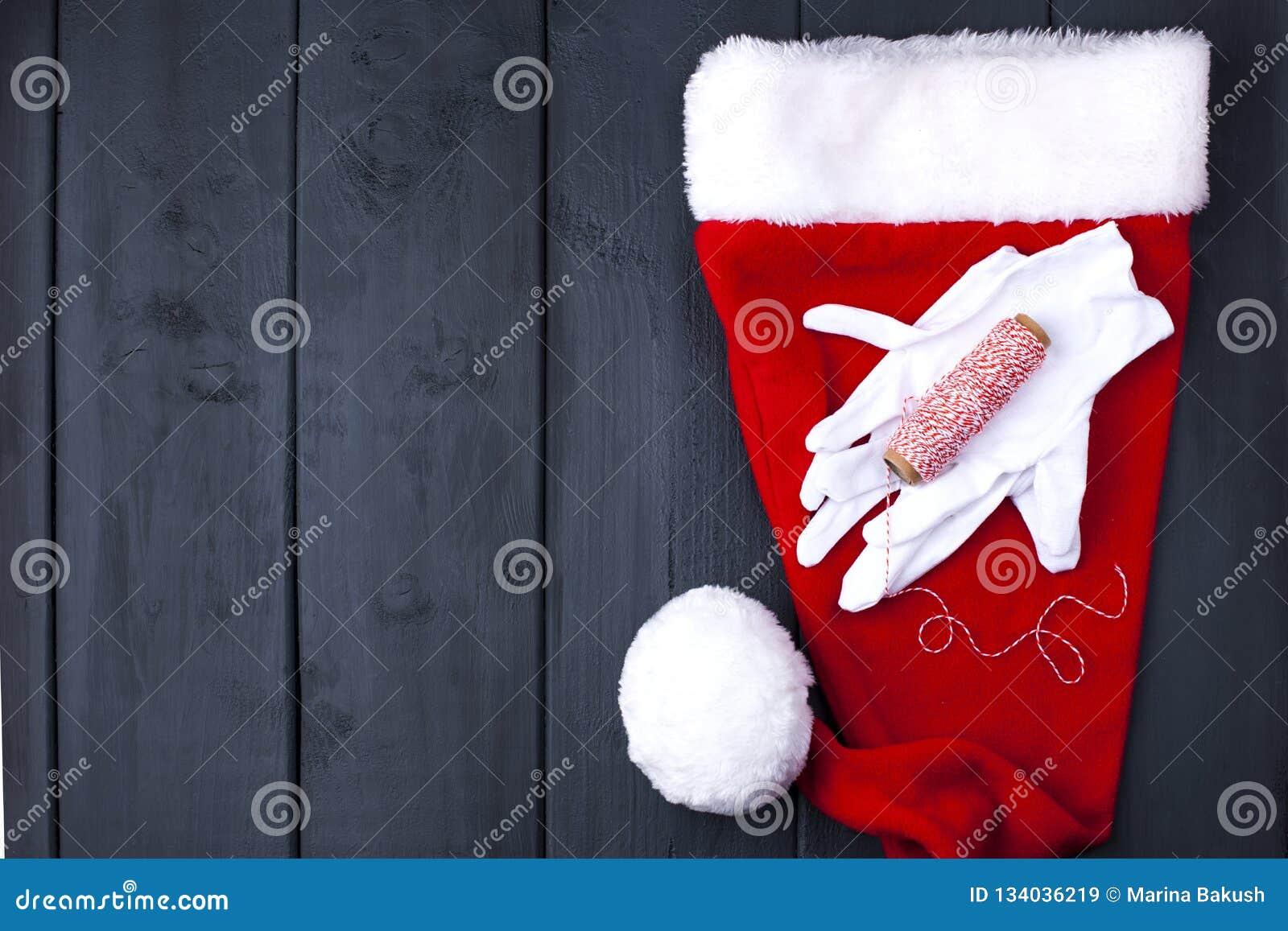 E På en svart träbakgrund, gåvor och juldekoren Fritt avstånd för text