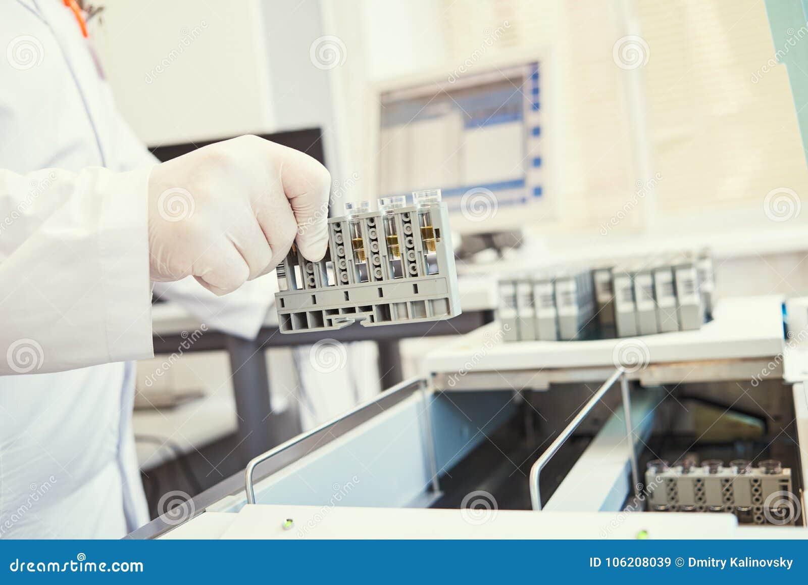 E Ręka z próbnym pobliskim analyzer