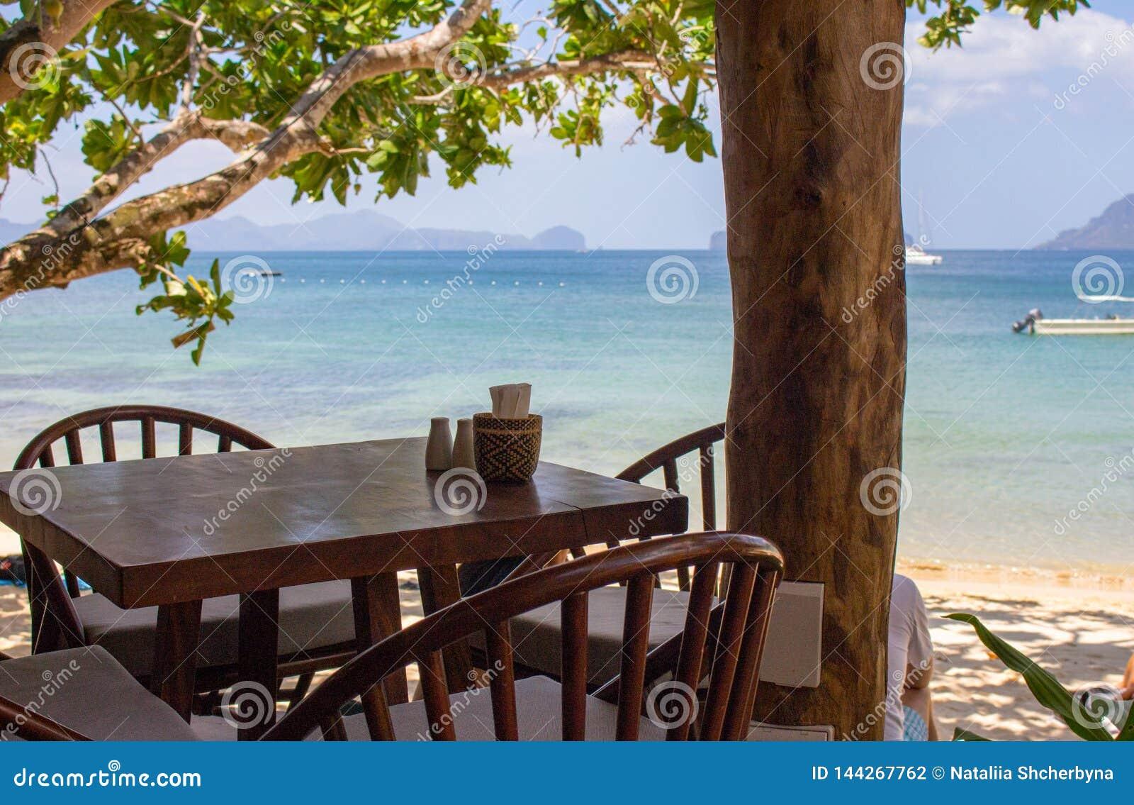 热带海滩树下空桌椅 海景海滩咖啡馆 户外餐厅木家具