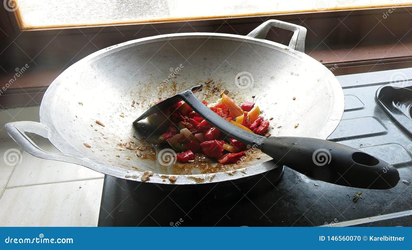 E r 被切的菜在a被烹调