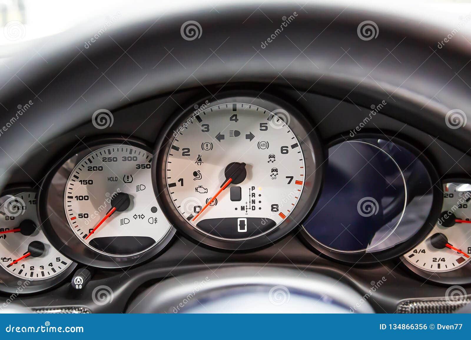 Aan boord van een computer en wit dashboard van een luxe premium sedan Tachometer, snelheidsmeter, olieniveau Rode pijlen op het