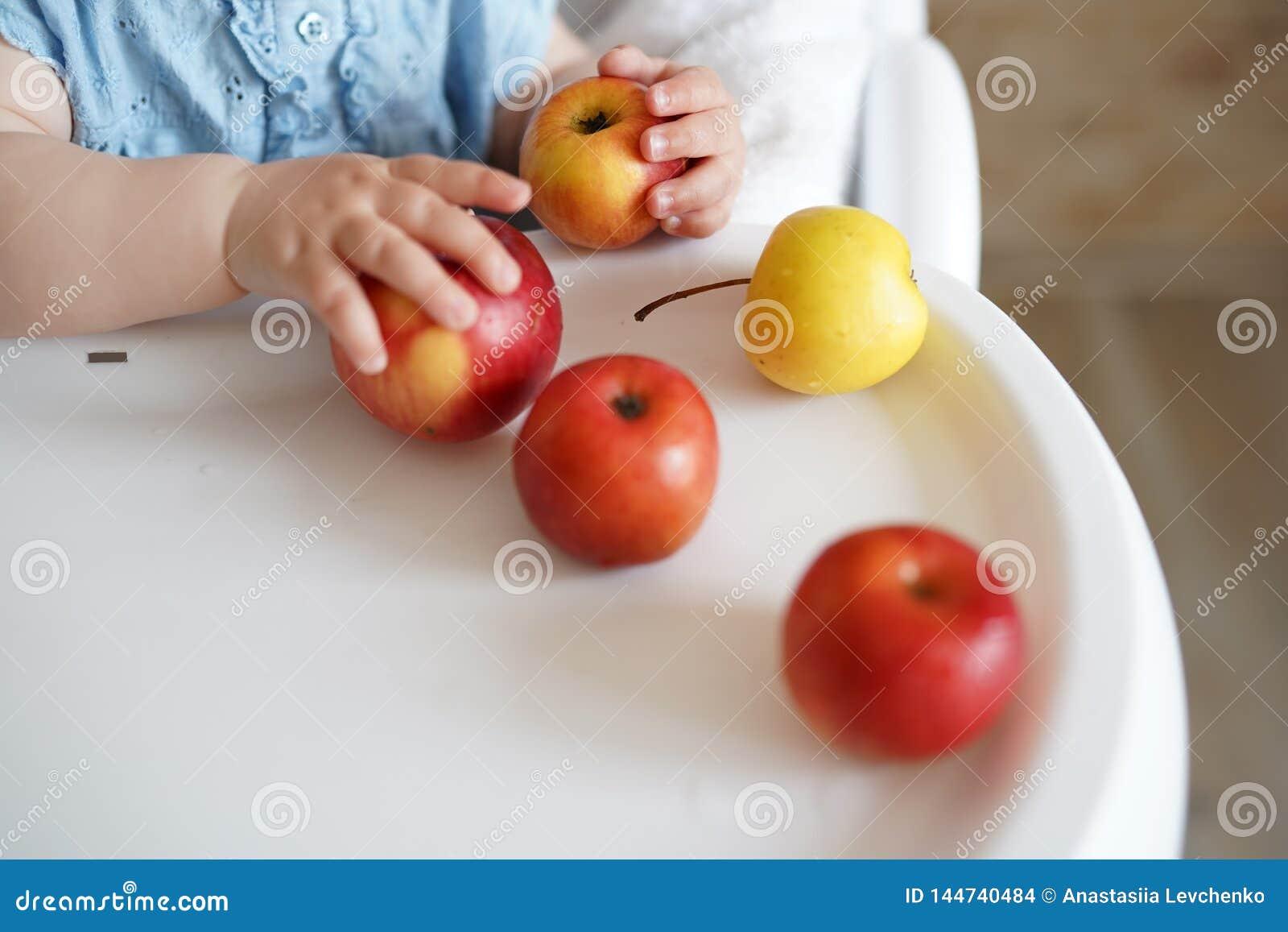 Μωρό που τρώει τα φρούτα E Υγιής διατροφή για τα παιδιά r
