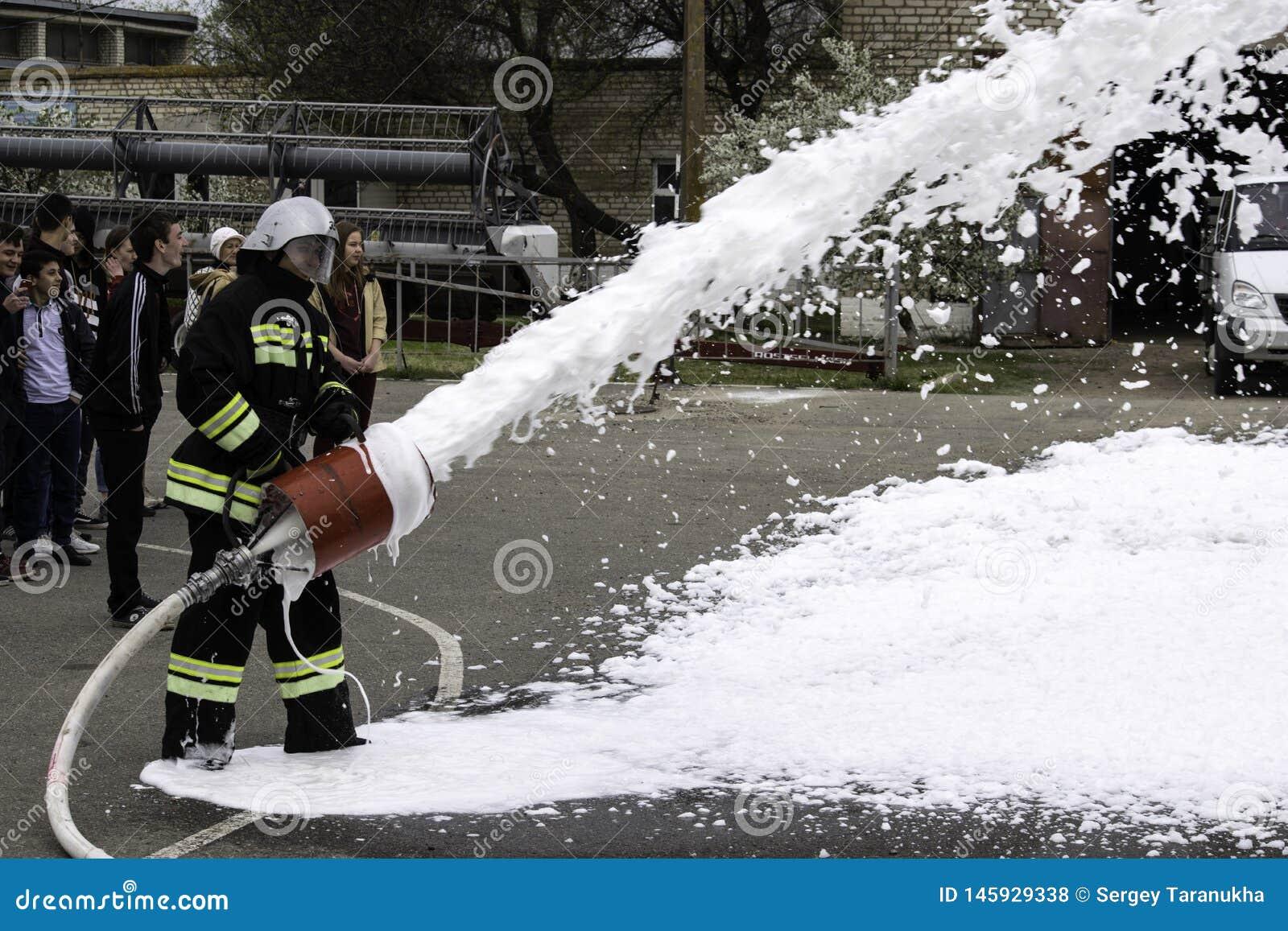 04 24 2019 Divnoye, territoire de Stavropol, Russie Manifestations de sauveteurs et de pompiers d un service local d incendie dan