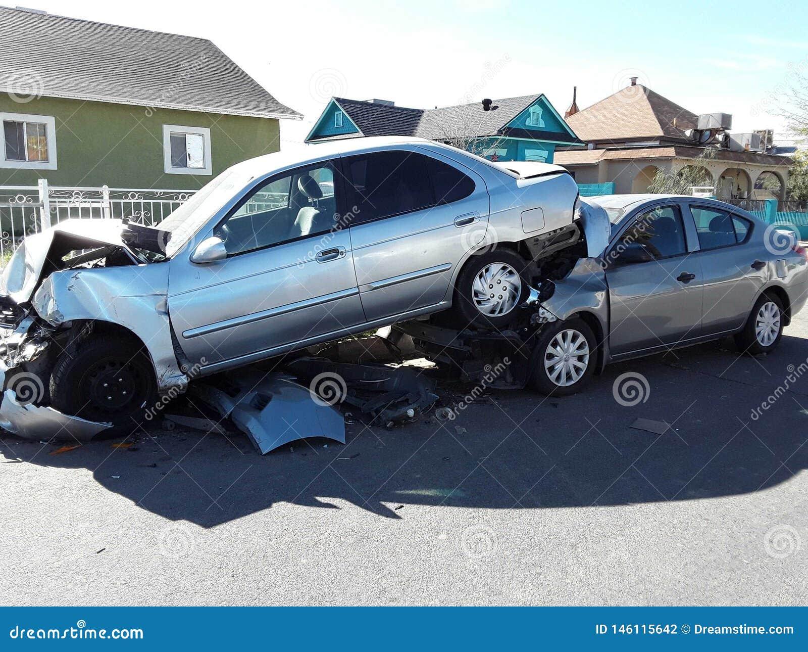 某人投入它的被撞的汽车在其他汽车顶部