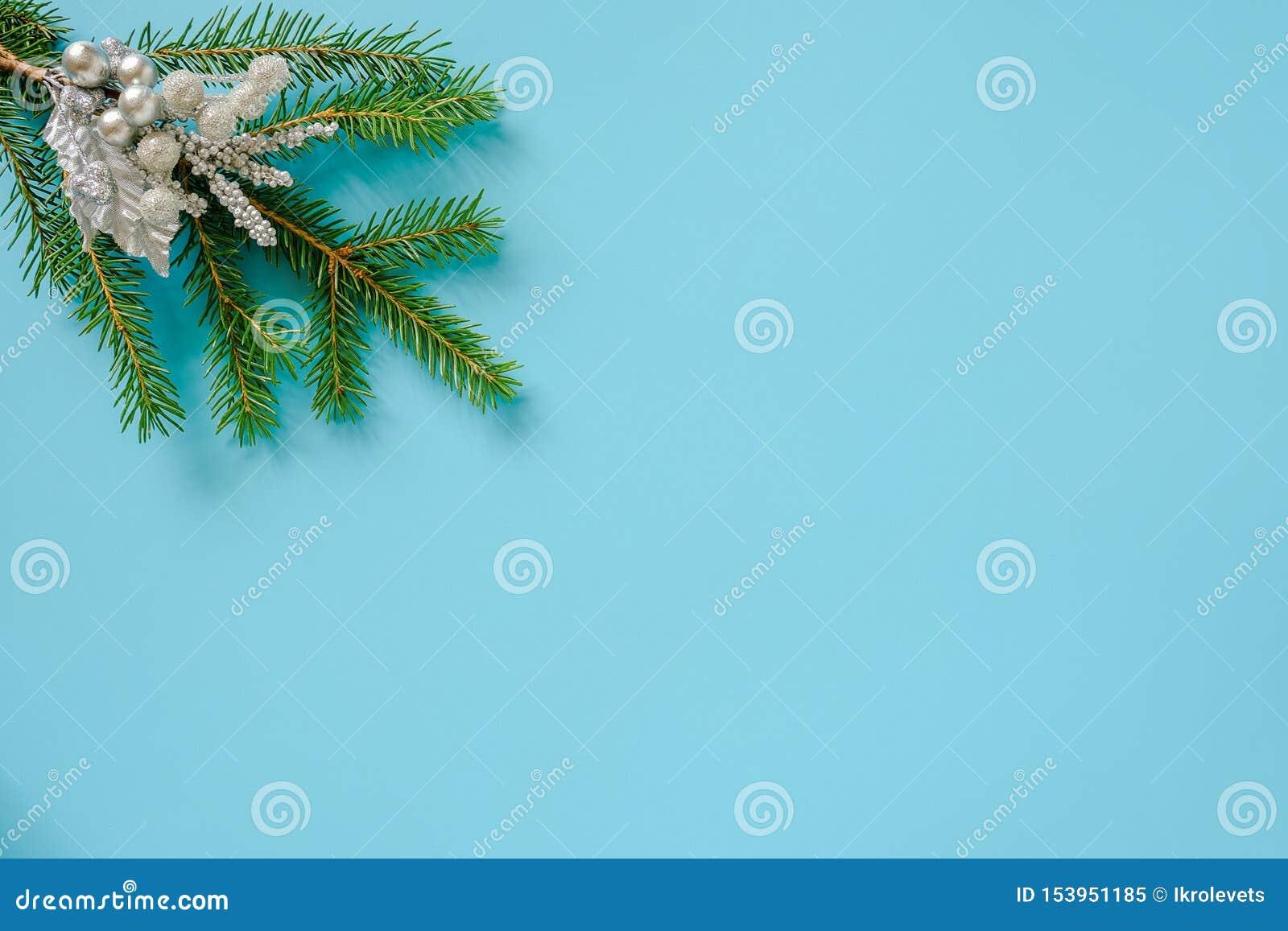 Decoração de Natal em prata no ramo de abeto verde sobre fundo azul Conceito Feliz Natal ou Feliz Ano Novo Copiar espaço