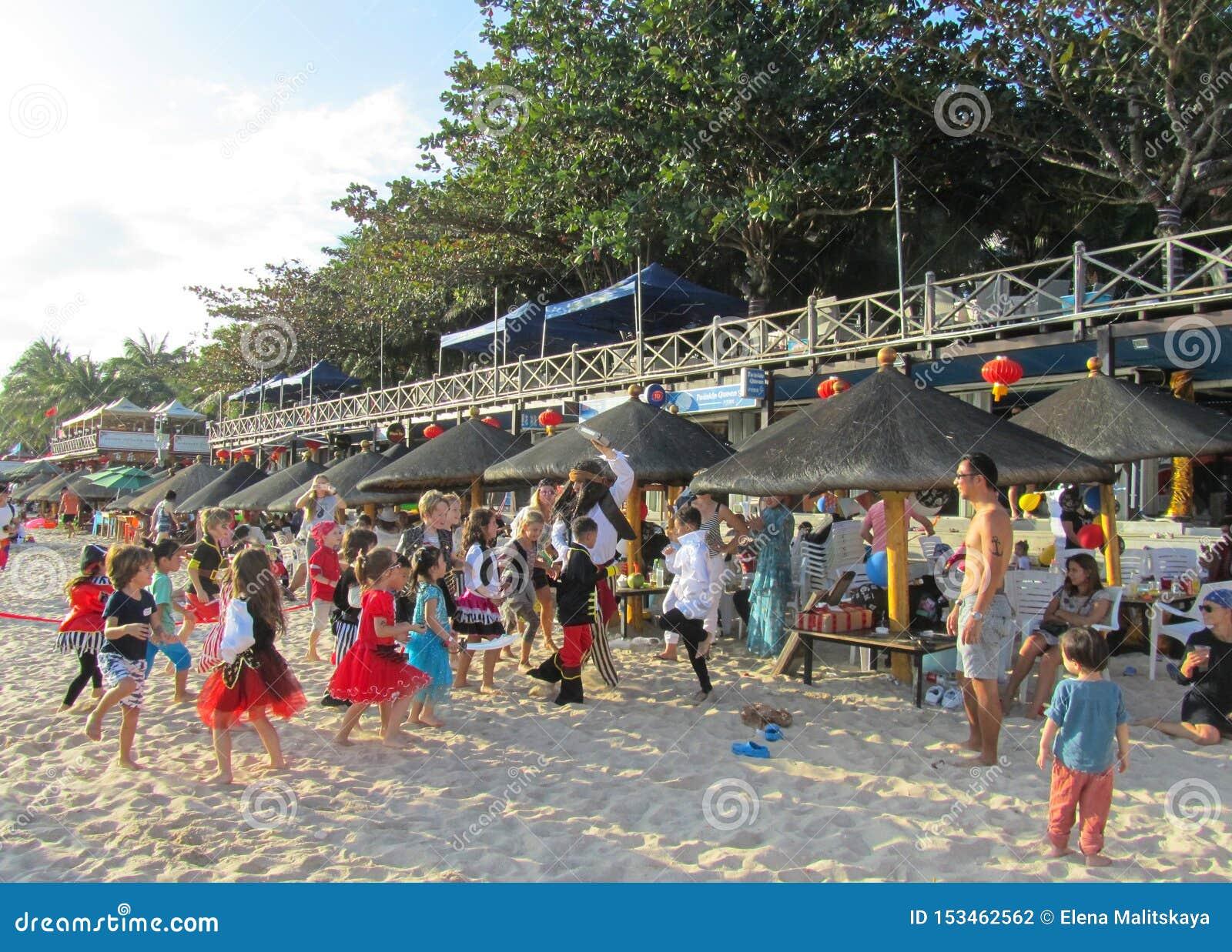 Provincia della Cina, Hainan, spiaggia di Dadonghai 20 gennaio 2018 la festa dei bambini Gli animatori intrattengono i bambini