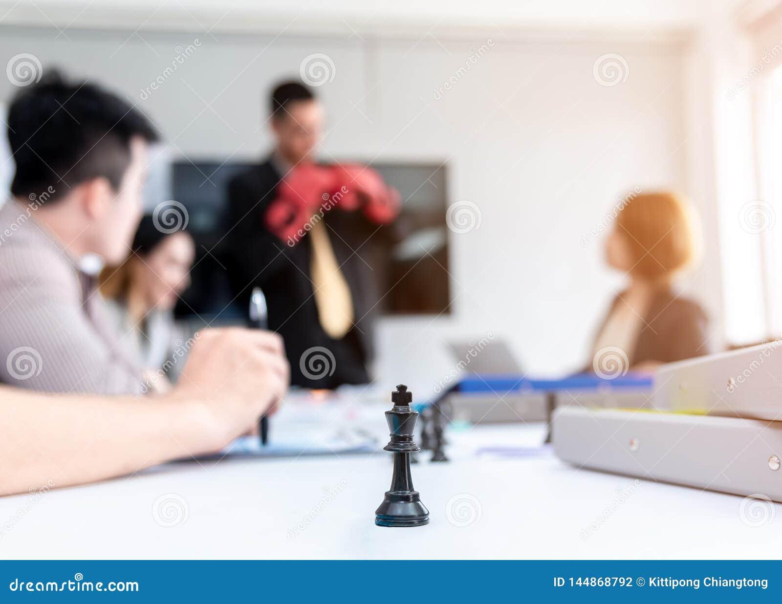 Equipe de profissionais de negócios brainstorming Plano de marketing pesquisando com papéis sobre a mesa no escritório Ideias de
