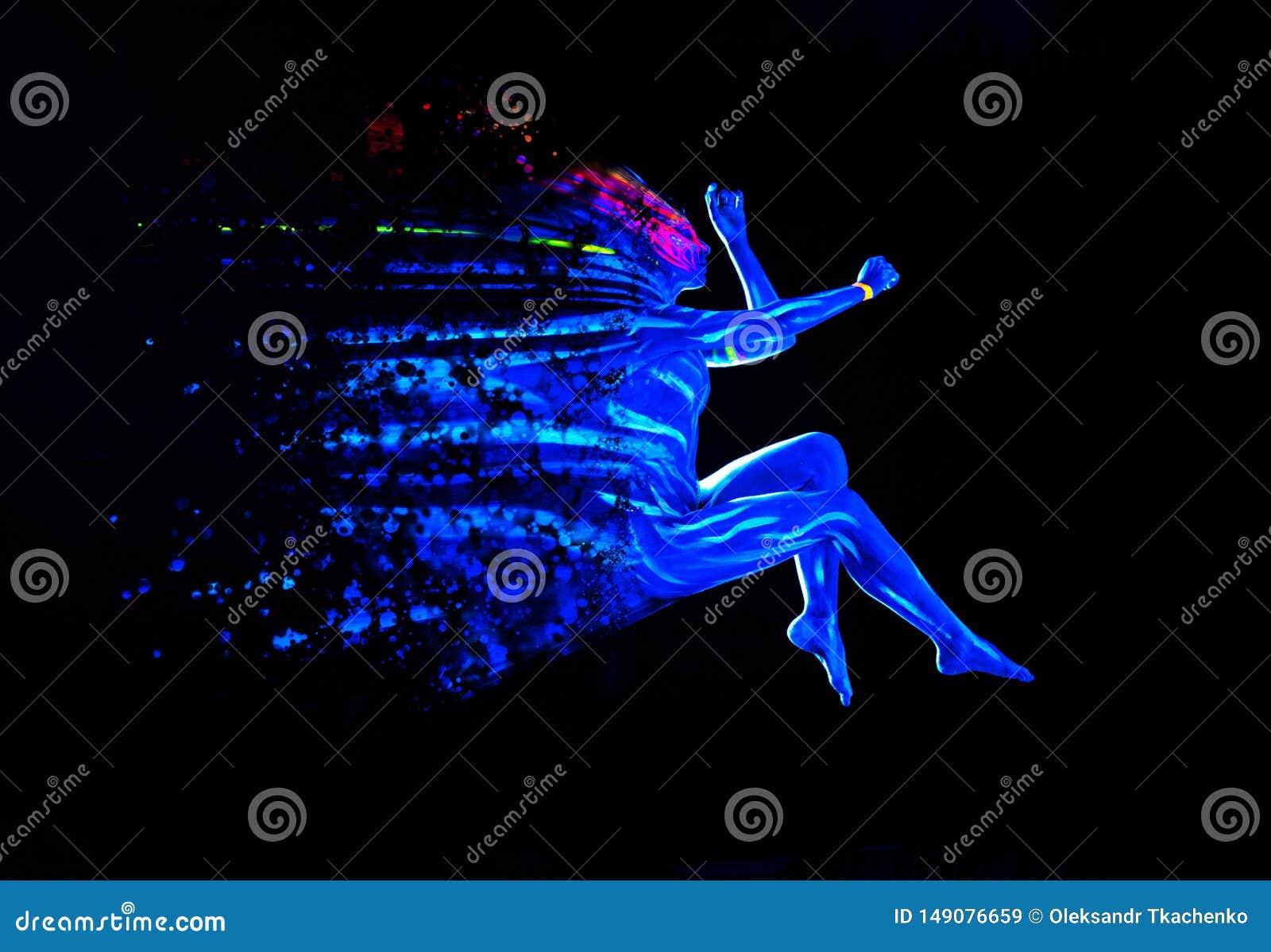 Corps brillant de lumière noire ultraviolette sur le corps de la jeune femme Une fille disparue sur fond noir Concept artistique