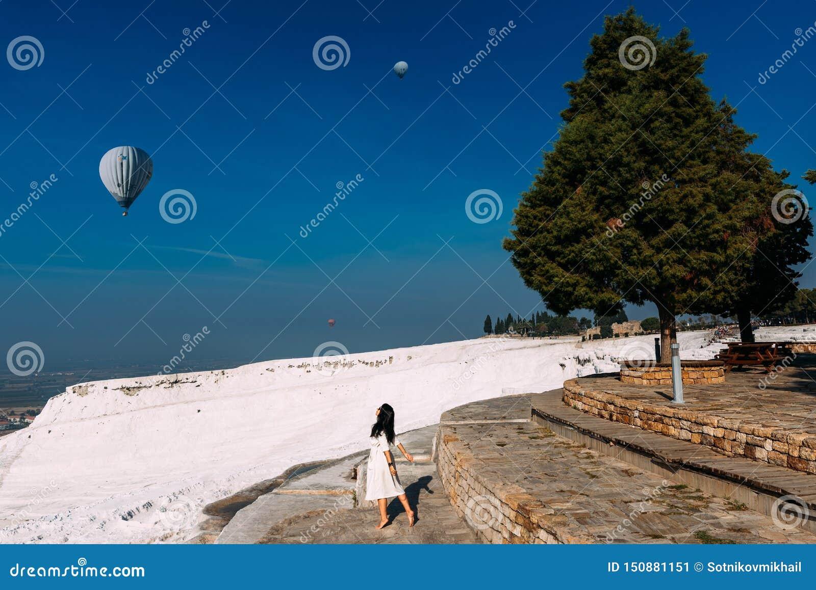 Femme heureuse regardant des ballons dans le ciel Belle fille en Turquie, Pamukkale Une femme regarde le ciel l aube
