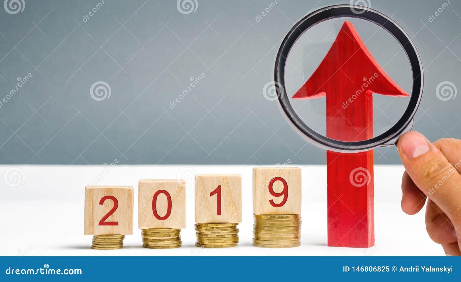 Houten blokken 2019 en rode pijl omhoog Succesvolle en betrouwbare zaken Goede vooruitzichten Besparing van geld en financiële pl