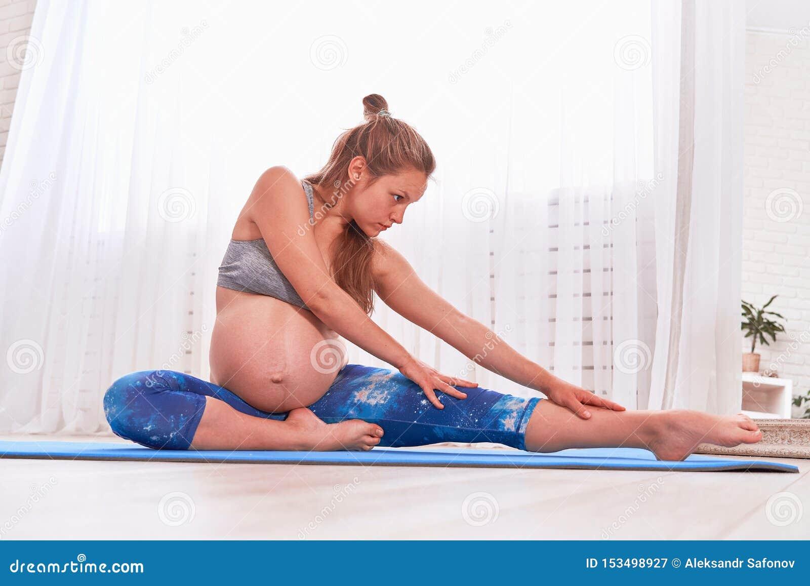 怀孕瑜伽凝思 思考怀孕的镇静的妇女 放松瑜伽 妊妇实践的怀孕瑜伽在家