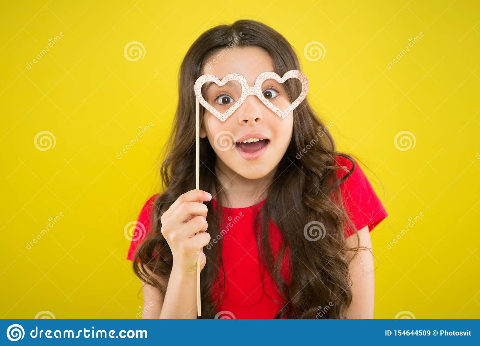 与花梢党支柱的逗人喜爱的孩子 党装饰供应商 党商店 E 愉快的小孩