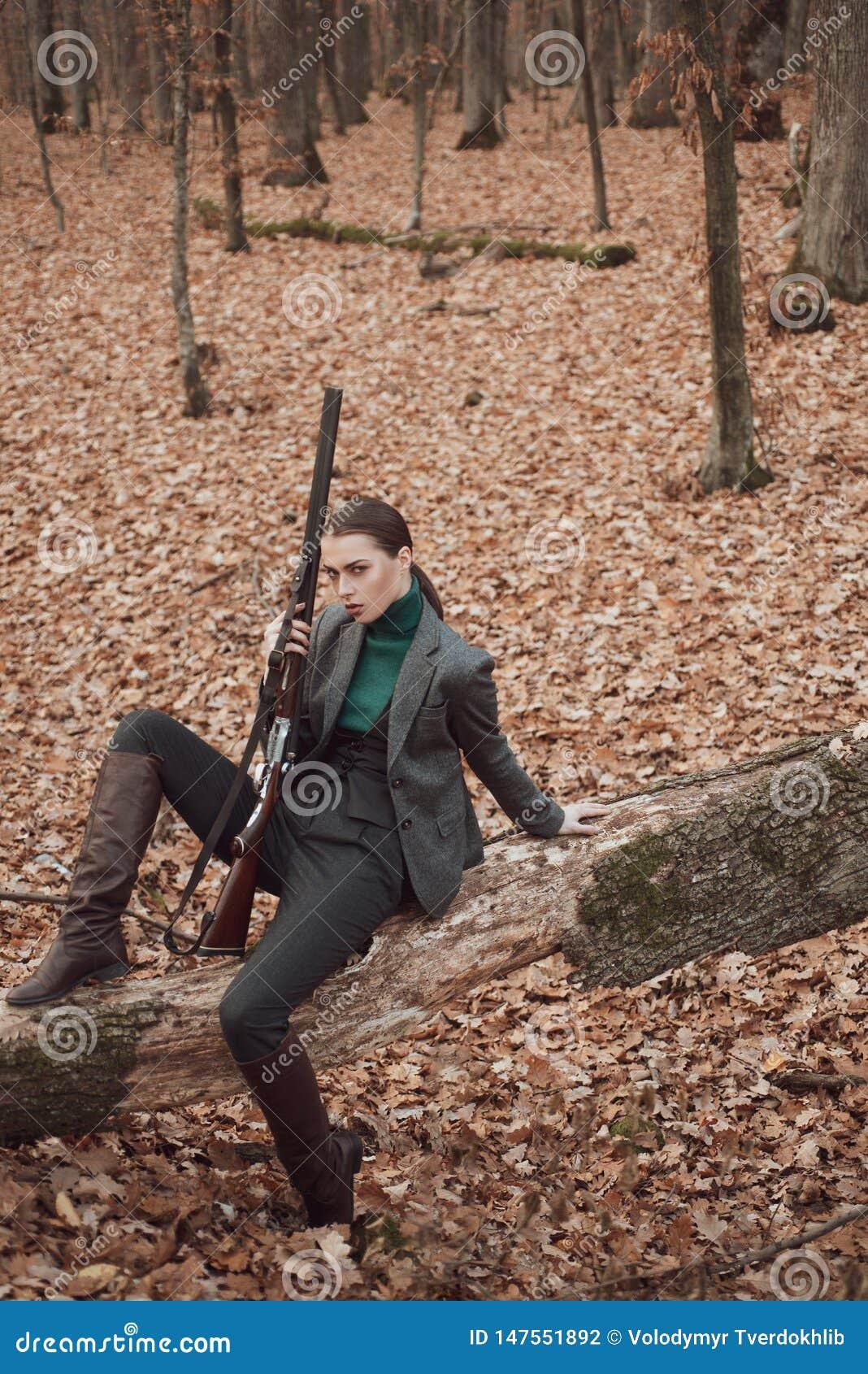 女室军装_带枪的女性 军装 实现目标 枪女 捕猎 枪械店 女猎手 库存照片 ...
